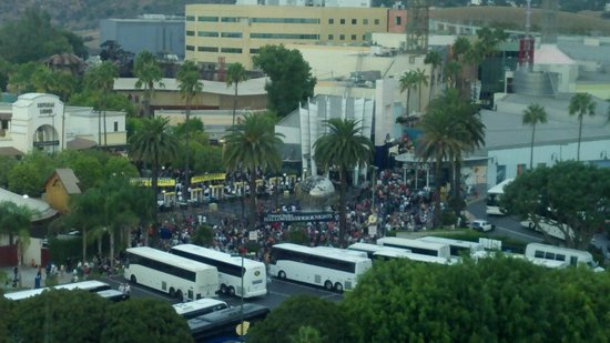 Hilton Los Angeles/Universal City:                   Get a park view to scope out crowds before heading down!