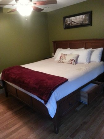 Asheville Cottages:                   Chestnut bedroom
