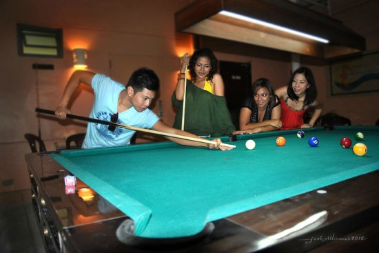 Camayan Beach Resort and Hotel: Billiard at Sand Bar Game Room