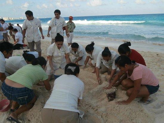 Club Regina Cancun:                   Concour de chateau de sable avec le personnel agreable journée