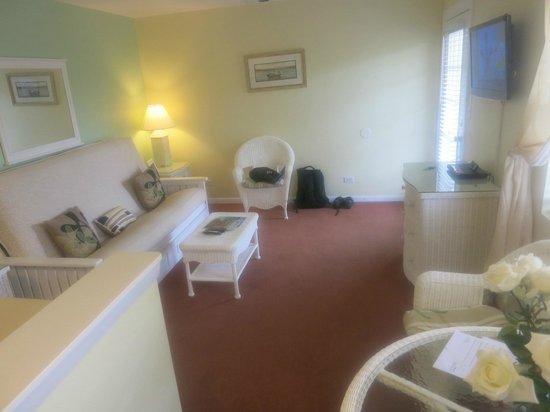 Marco Island Lakeside Inn:                   Eingangsbereich mit Sofa und Fernseher