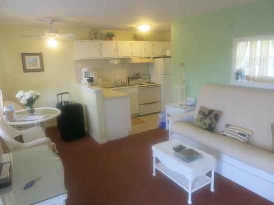 Marco Island Lakeside Inn:                   Eingang Blickrichtung Tisch und Kochbereich