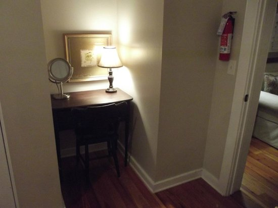 The Beaufort Inn: A small desk area in the hall