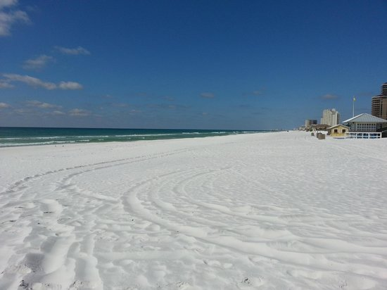 Courtyard by Marriott Sandestin at Grand Boulevard: Beach Empty!  Why?  Because it was about 39 degrees!