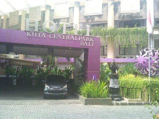 Kuta Central Park Hotel: Front Entrance