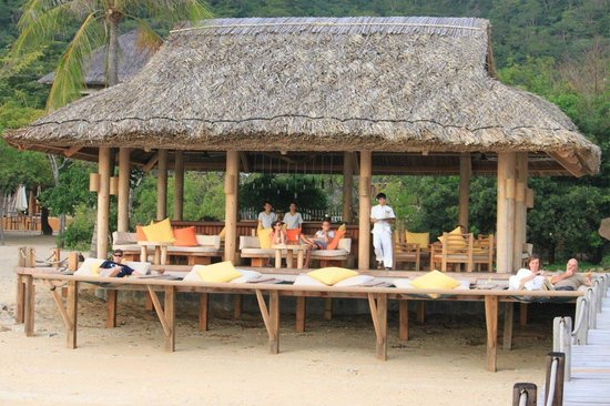 Six Senses Ninh Van Bay:                   Dining by the Beach Bar