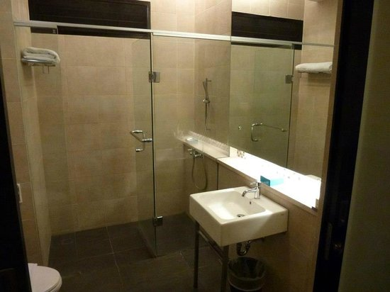 Mikie Holiday Resort:                   Deluxe Room Toilet