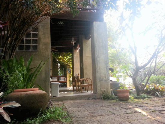 บ้าน ฮานิบะ เบด แอนด์ เบรคฟาสต์:                                     the traditional teak bungalow