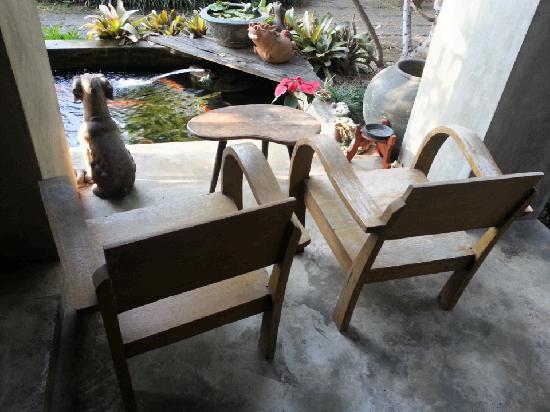 บ้าน ฮานิบะ เบด แอนด์ เบรคฟาสต์:                                     lovely wooden chairs