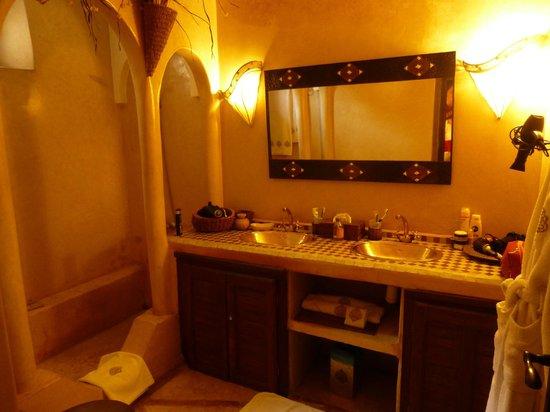 Riad d'Airain Marrakech: Salle de bain suite Africaine