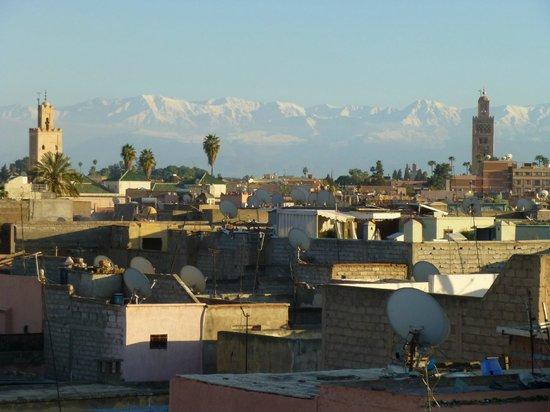 Riad d'Airain Marrakech: Vue sur l'Atlas et la Médina depuis la terrasse