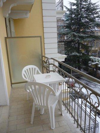 Hotel Kolping Meran:                   балкон со столом и стульями