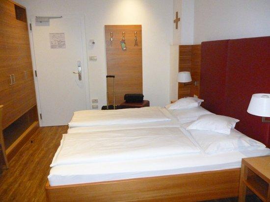 Hotel Kolping Meran:                   просторная комната