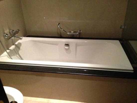Radisson Blu Hotel, Doha:                   bathroom