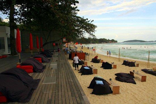 The Library: La plage au bout de l'hôtel
