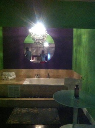 Chesterfield Hotel:                                     jacuzzi tub