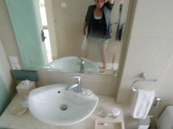 FuramaXclusive Ocean Beach:                                     bathroom