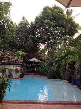 HanumanAlaya Boutique Residence:                   вид на бассейн, за ним ресторан