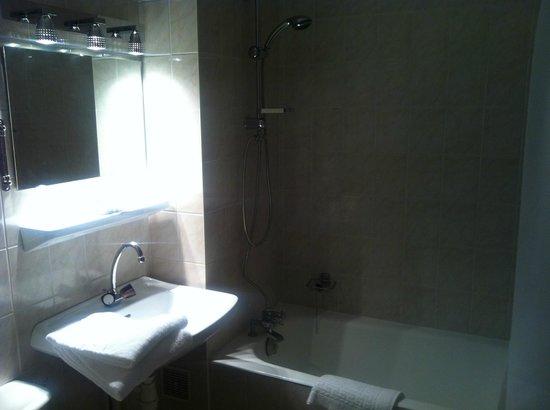 La Truite d'Or : Salle de bain propre et bien équipée