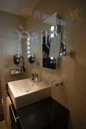 LE COLISEE Hotel & Spa : Salle de Bain Chambre Classique