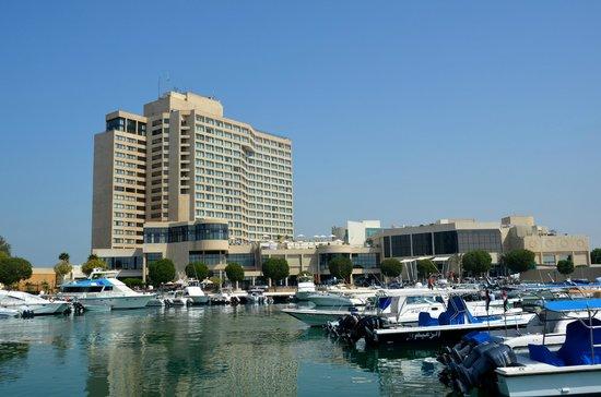InterContinental Abu Dhabi: Hotel von der Marina aus