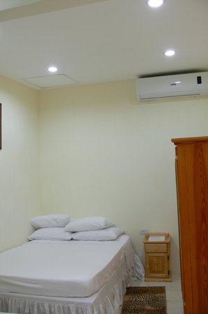 Travel Suites Ltd : Self Contained Apartment/Suite 5 Double Bed, Bed Side table, wardrobe, & Air condition unit.