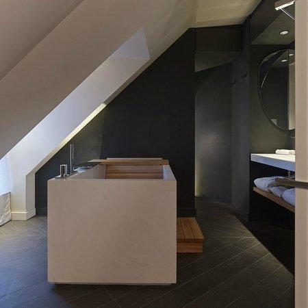 Hotel De Nell: Bain japonais sous les toits