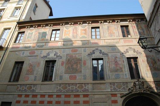 B&B Via Stampatori :                   l'esterno del palazzo