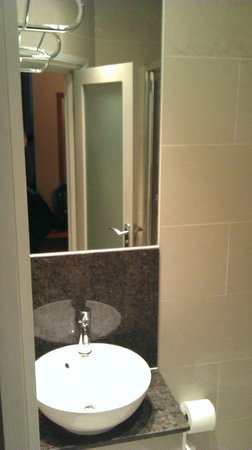 Sidney Hotel London-Victoria:                   Badkamer Wastafel                 