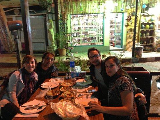 El Masrien Grill Restaurant : Noi quattro al tavolo!