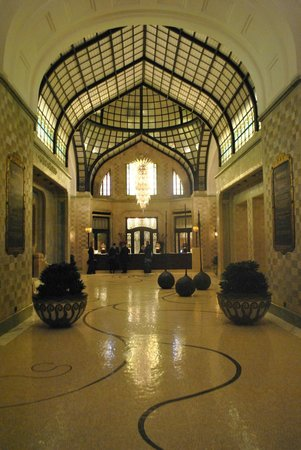 Four Seasons Hotel Gresham Palace:                   Lobby