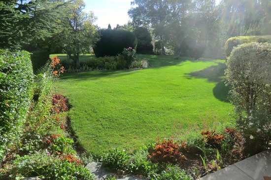 The Alexandra Garden Court Motel:                                     access to the gorgeous garden from our motel unit.