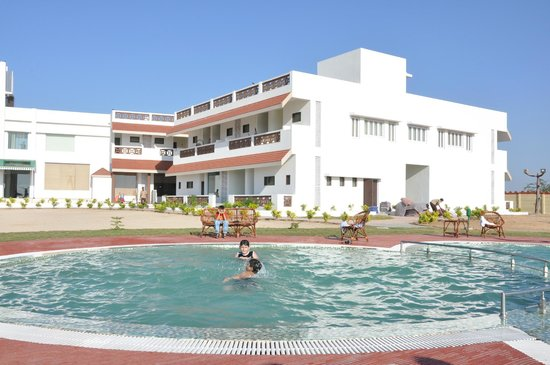 Goverdhan Greens Resort: Guests enjoying Swimming beating the Heat