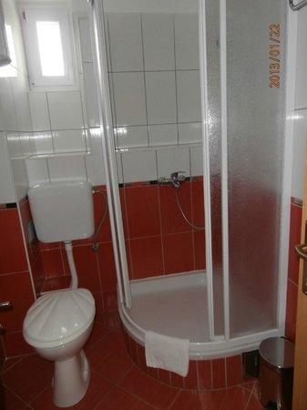 House Klaudija: Bathroom triple room west