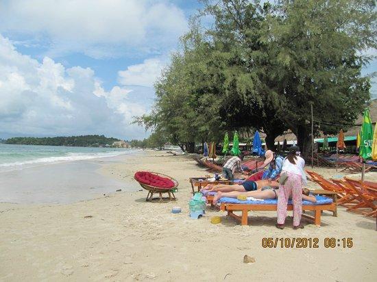 Makara Guesthouse :                   Пляж у отеля