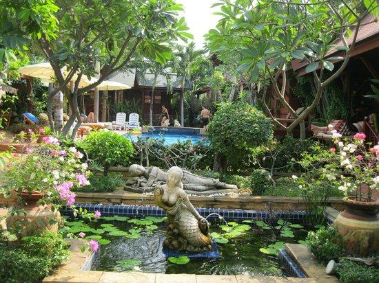 Ruenkanok Thai House: Garten bzw. Innenhof