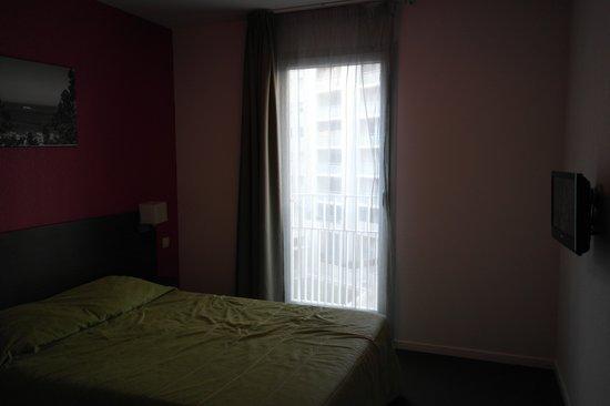Adagio Access Marseille Saint Charles : Chambre (le lit est chiffoné parce que mon ami c'était allongé dessus, il était fait en arivant)