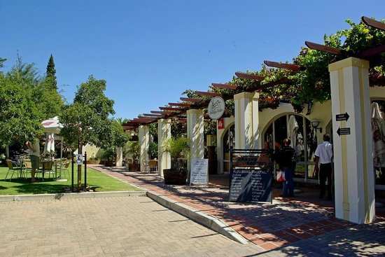 the garden restaurant at Bodega de Vinho
