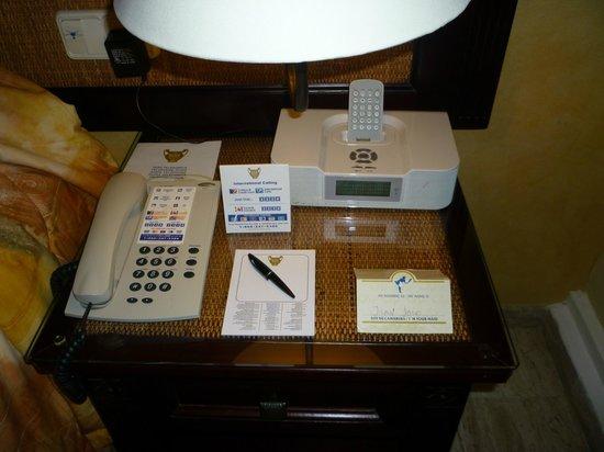 TRS Yucatan by Palladium:                                     Telefono, reloj, despertador y reproductor de mp3 Ipod