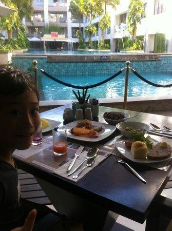 Aston Kuta Hotel & Residence:                   朝食はプールサイド