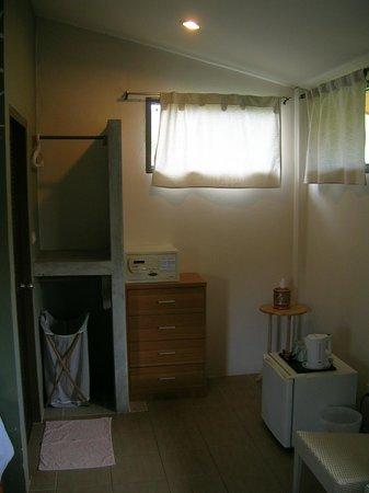 Escape-Cabins: Für die Kleider gibt es zwei Stangen. Außerdem einen Safe (der jedoch nicht befestigt ist)