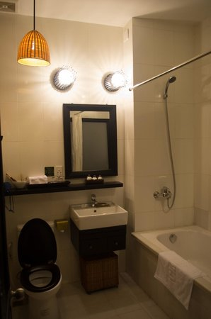 Cinnamon Hotel Saigon:                   our bathroon