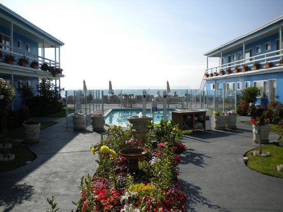 The Inn at Sunset Cliffs:                                     courtyard