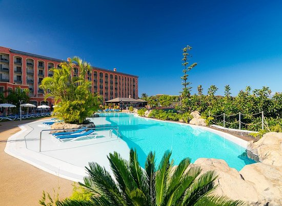 Hotel Las Aguilas: Pool and Exterior