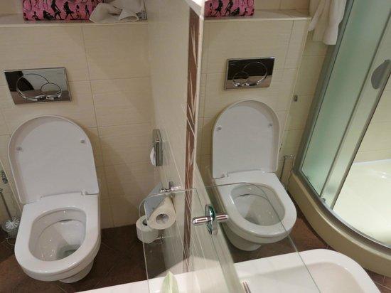 Bristol Hotel: Bad im Spiegelbild