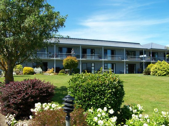 Lakeside Motel & Apartments:                   Front of hotel with gardens - Lake is at end of garden over road