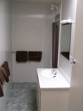 Lakeside Motel & Apartments:                   Shower room (separate toilet)