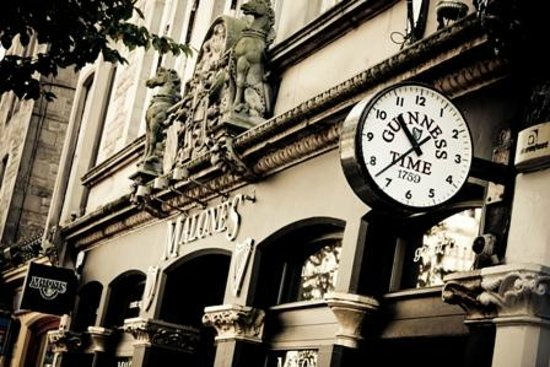 Malone's Old Town Hostel: Clock Outside Malone's