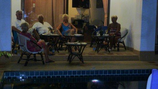 Lamai Beach Residence :                   en attendant de manger notre bbq terrasse chambre