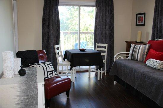 Crown Ridge Bed & Breakfast: Sitting Area, Suite 2